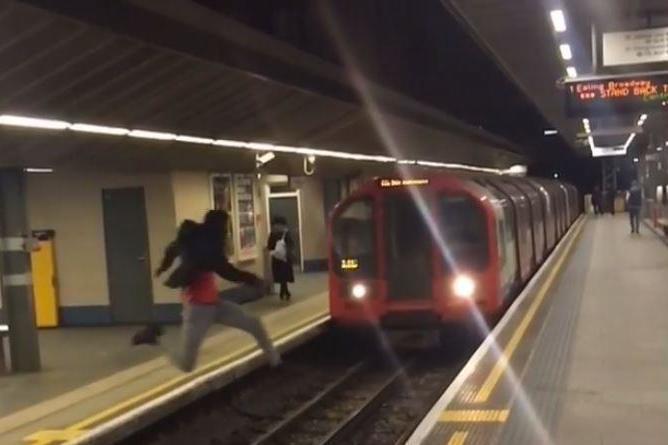 Életveszélyes, vakmerő mutatványt hajtott végre egy fiatal a londoni metrómegállóban 1