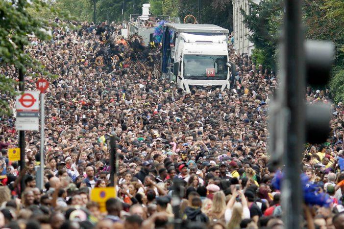 Ilyen volt a hétvégi nagy londoni karnevál képekben: zene, tánc, móka, kacagás, késelés és 370 letartóztatás 2