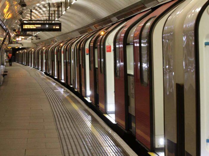 Holttestet találtak a síneken London egyik legforgalmasabb metrómegállójánál 1