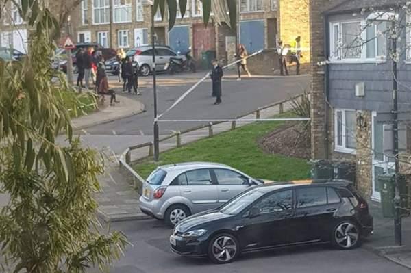 Egy fiatal srácot fényes nappal lőttek le az utcán, egy másikat pedig leszúrtak Londonban 1